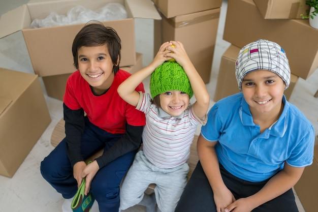 Feliz, crianças, com, caixas, em, novo, modernos, lar