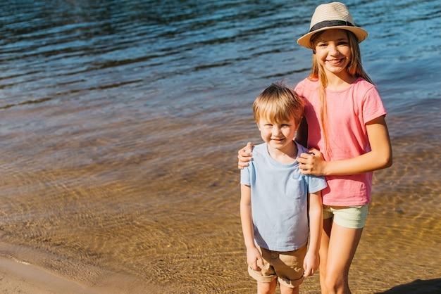 Feliz, crianças, tendo divertimento, em, praia