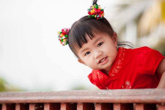 Feliz, cute, asiático, criança pequena, menina, em, tradição chinesa, vestido, sorrindo