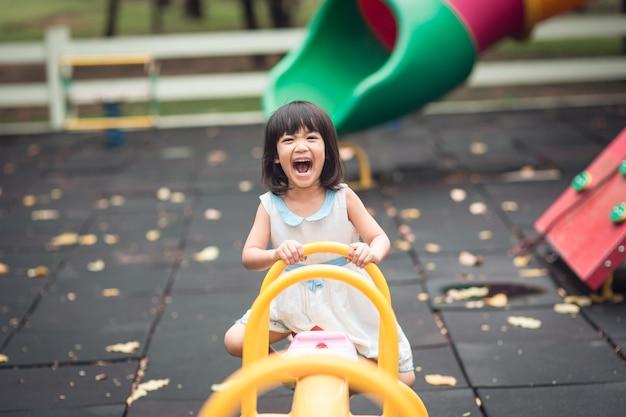 Feliz, cute, filhos, tendo divertimento, em, pátio recreio