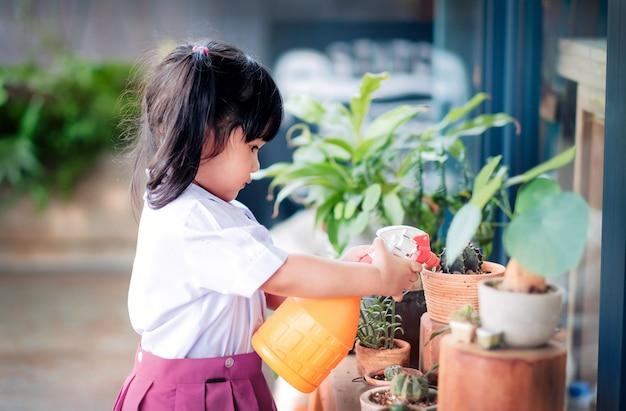 Feliz, cute, menina asiática, desfrutando, com, atividades jardinagem