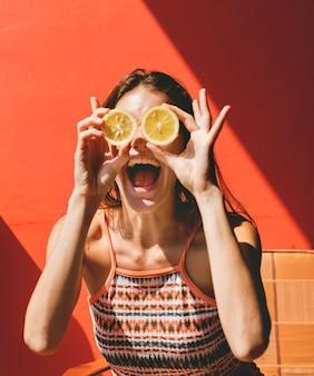 Feliz, cute, menina, com, laranjas