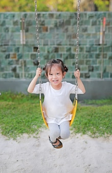 Feliz, cute, menininha, ligado, balanço, parque
