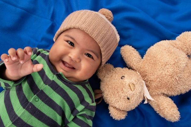 Feliz, cute, pequeno, menino bebê, mentindo, ligado, cobertor azul, e, sorrindo