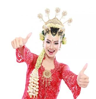 Feliz de java tradicional de mulher mostrando os polegares