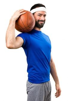 Feliz desportista engraçado com bola de basquete em fundo branco isolado
