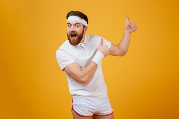 Feliz desportista gritando, mostrando os polegares