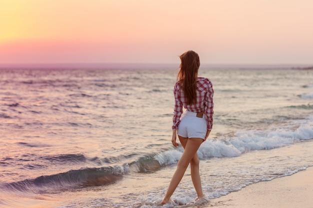 Feliz, despreocupado, mulher, praia, desfrutando, verão