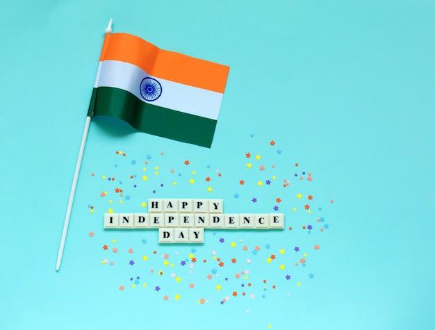 Feliz dia da independência de inscrição e bandeira da índia.