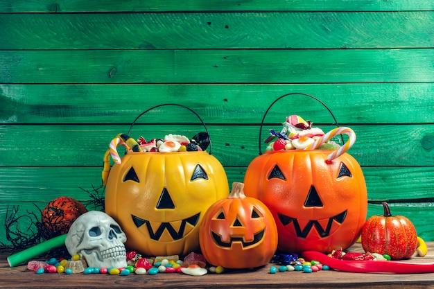 Feliz dia das bruxas! abóbora com doces em casa.
