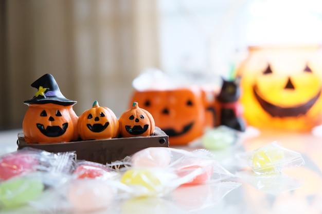 Feliz dia das bruxas em outubro com abóbora e toffee