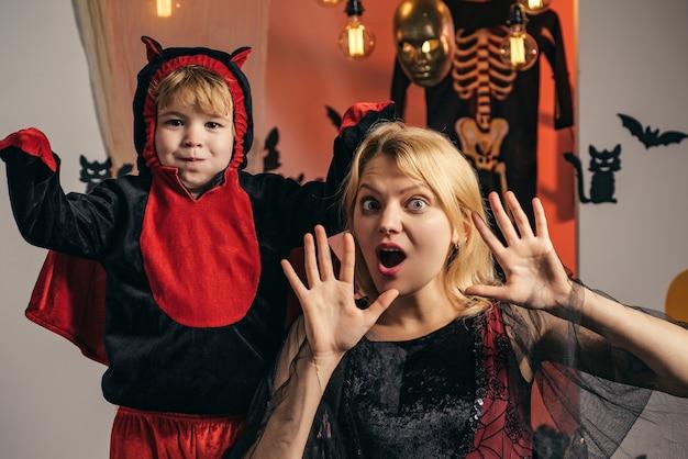 Feliz dia das bruxas para mãe e filho.