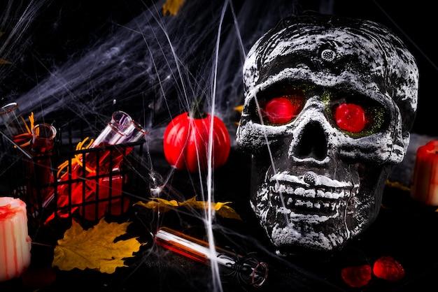 Feliz dia das bruxas partido mesa com teia de aranha e velas acesas