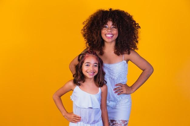 Feliz dia das mães! adorável doce jovem afro-americana mãe com filha pequena.
