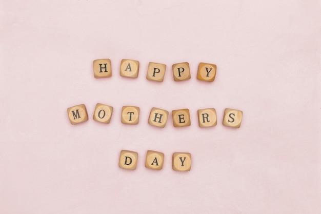 Feliz dia das mães em letras de madeira