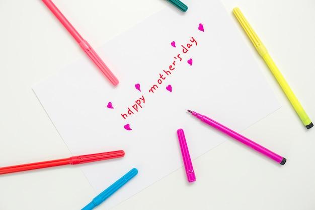 Feliz dia das mães inscrição com canetas de feltro