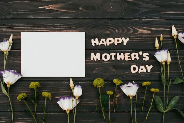 Feliz dia das mães inscrição com flores e papel