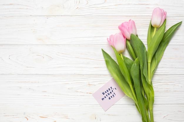 Feliz dia das mães inscrição com tulipas