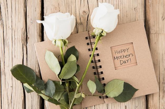Feliz dia das mães inscrição no caderno com rosas