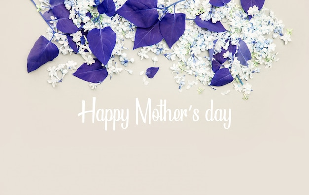 Feliz dia das mães. lilás flores e folhas em matizado.