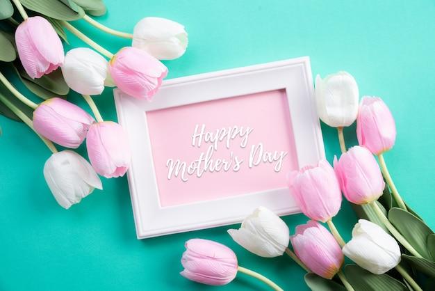 Feliz dia das mães na vista superior de flores tulipa rosa e moldura