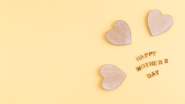 Feliz dia das mães palavras e corações de madeira