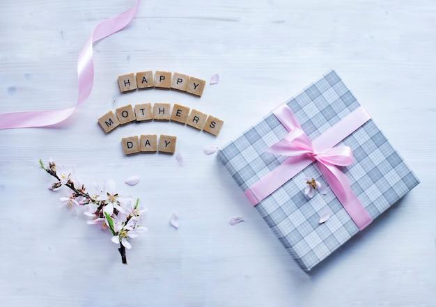 Feliz dia das mães, saudação com caixa de presente e flores de amêndoa