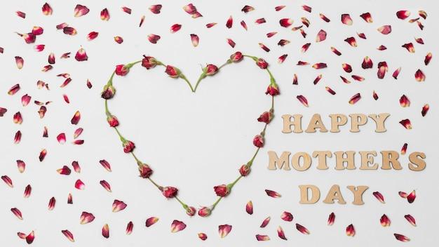 Feliz dia das mães título entre coração decorativo vermelho de flores