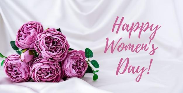 Feliz dia das mulheres lettering cartão de saudação. buquê de peônias violeta. pastel claro brilhante
