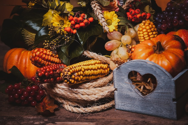 Feliz dia de ação de graças ainda vida. frutas, nozes e vegetais, colheita de outono na mesa