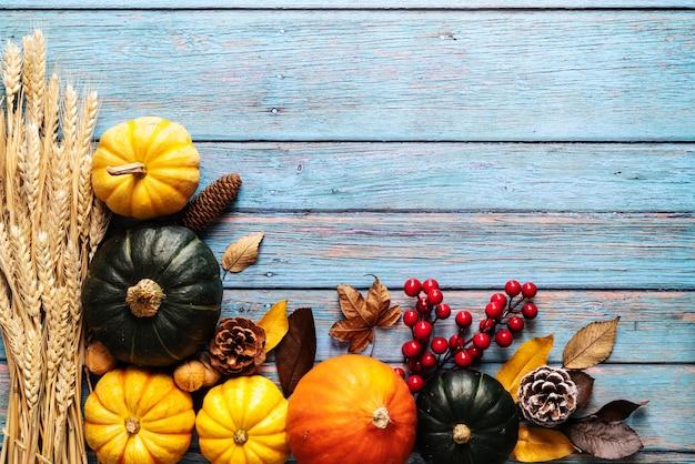 Feliz dia de ação de graças com abóbora e castanha sobre fundo azul de madeira
