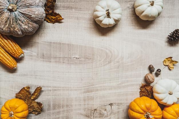 Feliz dia de ação de graças com abóbora e noz na mesa de madeira