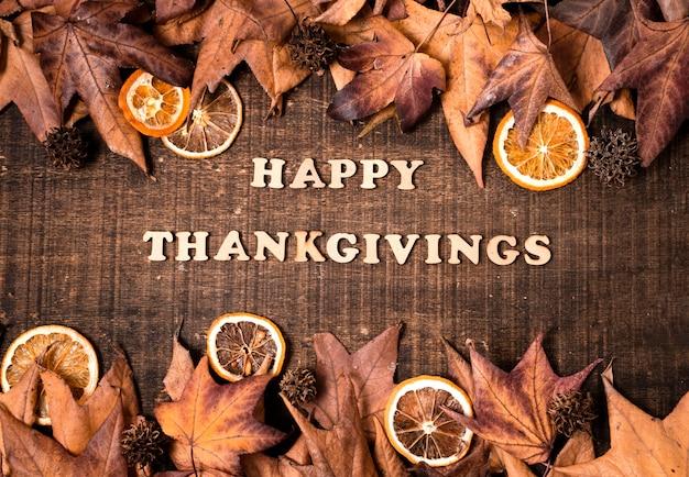Feliz dia de ação de graças com frutas cítricas e folhas de outono
