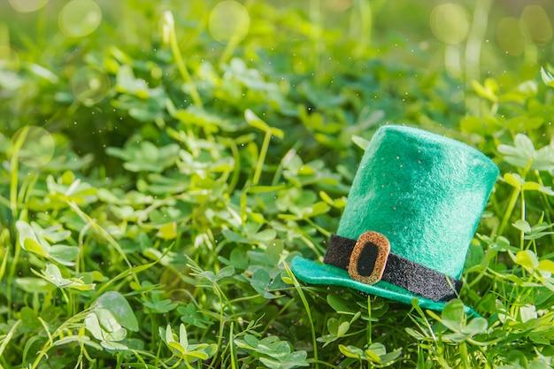 Feliz dia de são patrício. fundo de grama verde