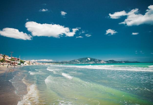 Feliz dia de verão, conceito de viagens - mar e céu azuis, imagens brilhantes