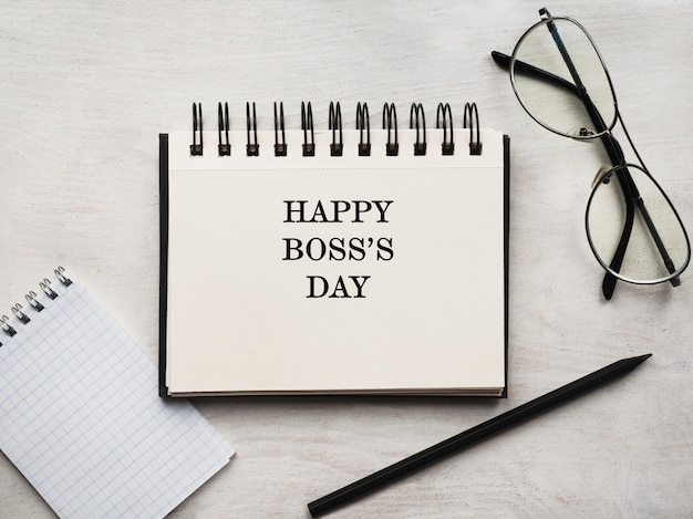 Feliz dia do chefe. cartão de felicitações. close-up, vista de cima, superfície de madeira. conceito de preparação para férias profissionais. parabéns para parentes, amigos e colegas