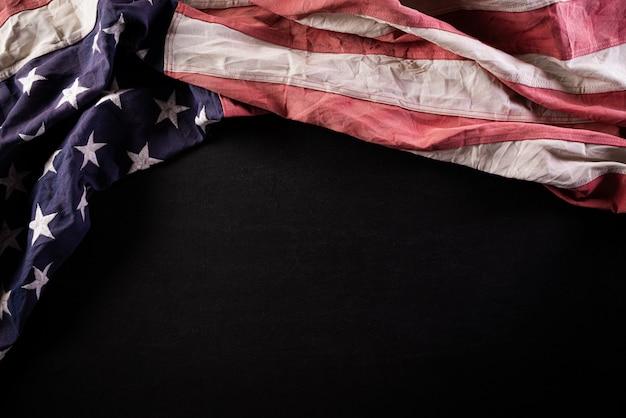 Feliz dia do memorial. bandeiras americanas contra uma parede de lousa