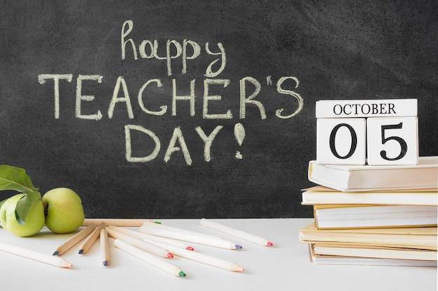 Feliz dia do professor, livros e maçãs