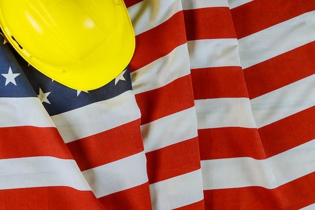 Feliz dia do trabalho americano patriótico bandeira dos eua e capacete amarelo
