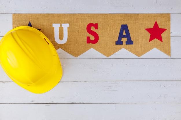 Feliz dia do trabalho americano patriótico dos eua e capacete amarelo