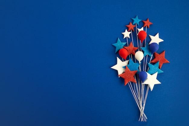 Feliz dia do trabalho banner vermelho branco azul estrelas e balões em fundo azul