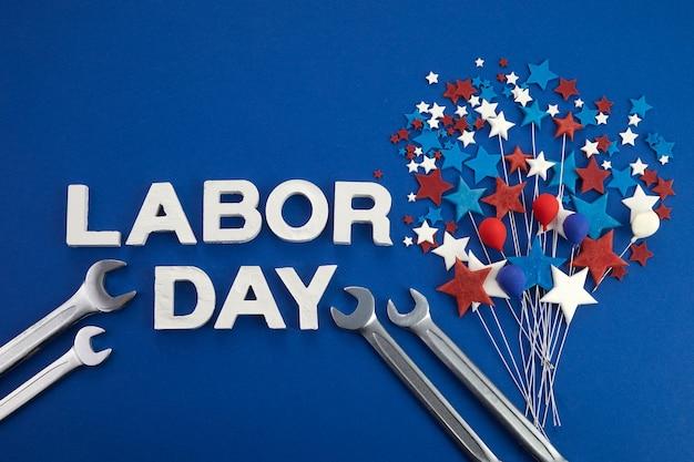 Feliz dia do trabalho banner vermelho branco azul estrelas e balões no fundo azul com ferramentas