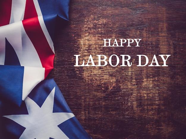 Feliz dia do trabalho. lindo cartão de felicitações. close-up, vista de cima. conceito de feriado nacional. parabéns para família, parentes, amigos e colegas