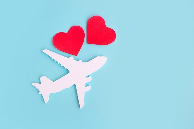 Feliz dia dos namorados. avião infantil sobre um fundo azul com coração vermelho