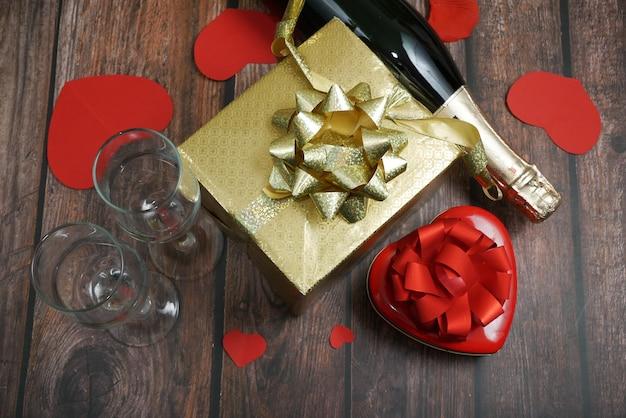Feliz dia dos namorados, cartão com champanhe