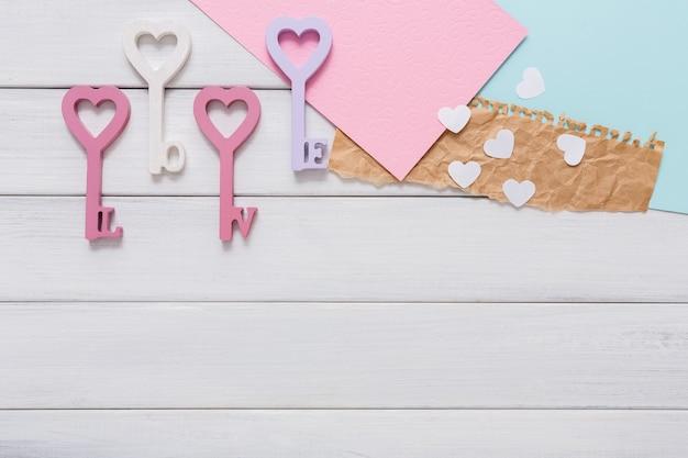 Feliz dia dos namorados com o coração em forma de chave, cartões e cartas de papel