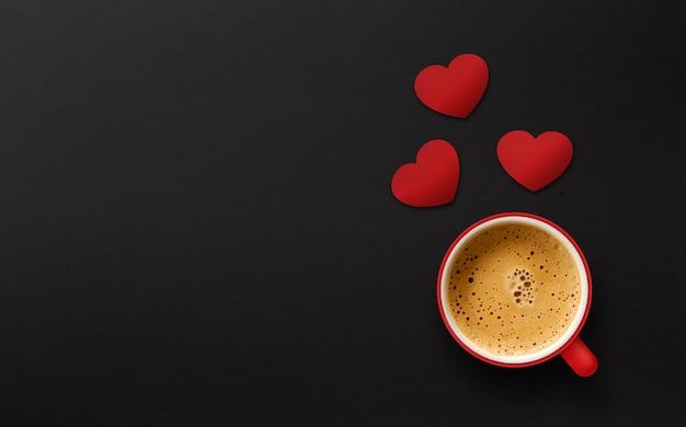 Feliz dia dos namorados conceito. xícara de café sobre fundo preto de madeira