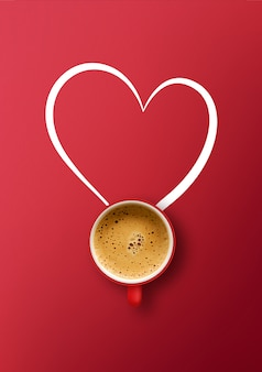 Feliz dia dos namorados conceito. xícara de café sobre fundo vermelho