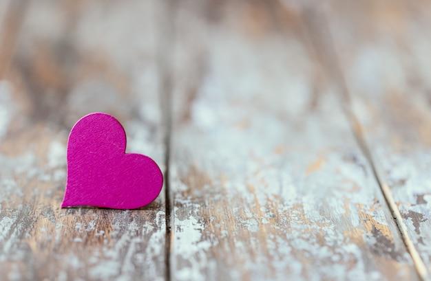 Feliz dia dos namorados corações em fundo de madeira