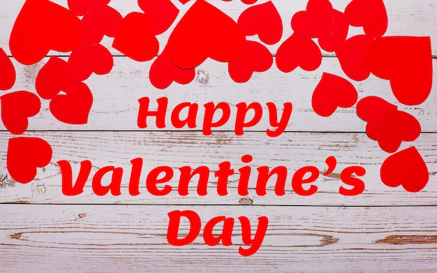 Feliz dia dos namorados. corações vermelhos em um fundo de madeira. dia dos namorados